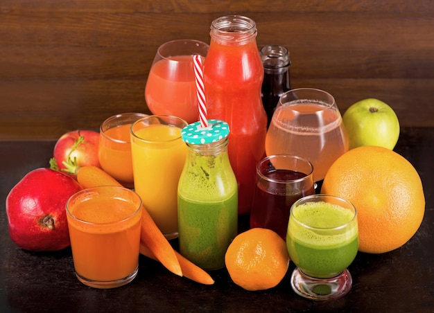 Divers jus de fruits et légumes fraîchement pressés