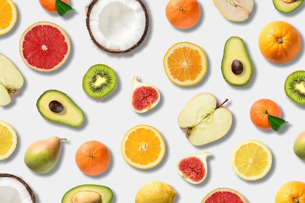 Divers légumes et fruits sur une surface blanche.