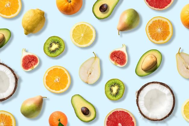 Divers légumes et fruits sur une surface bleue.