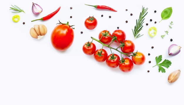 Divers légumes et herbes fraîches. concept d'alimentation saine