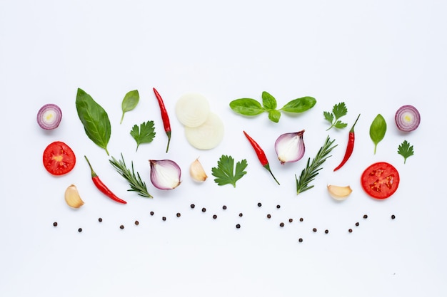 Divers légumes et herbes fraîches sur fond blanc. concept d'alimentation saine