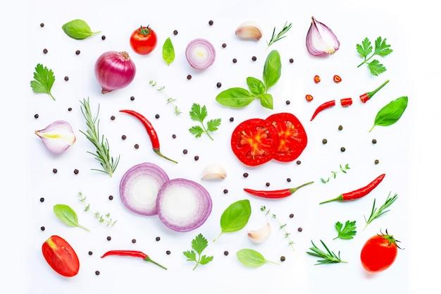 Divers légumes et herbes fraîches sur fond blanc