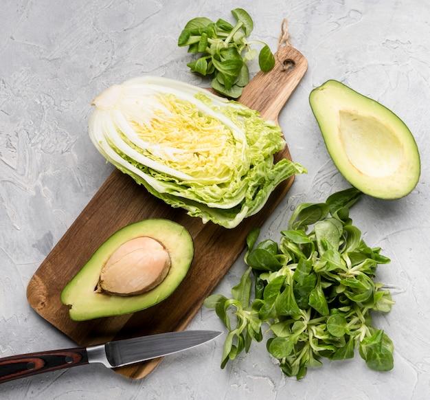 Divers légumes verts sur une planche à découper