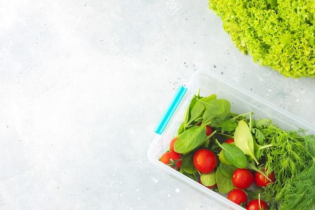Divers légumes verts pour salade sur fond de pierre