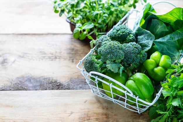 Divers légumes sur une vieille table en bois. vue de dessus. concept d'alimentation saine. copiez l'espace.