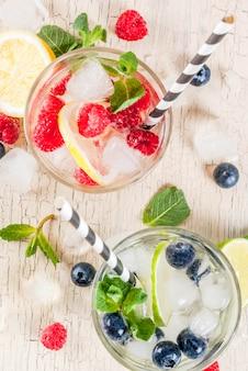 Divers limonade aux baies avec plateaux vue de dessus