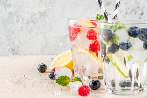 Divers limonade aux baies avec plateaux