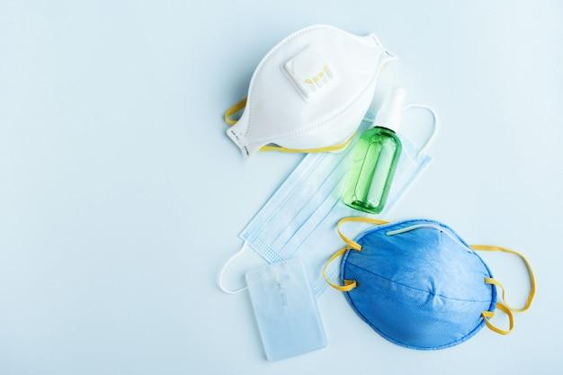 Divers masques filtrants de sécurité antiviraux. masque respiratoire protecteur contre la grippe et les coronavirus, la pollution. désinfectant pour les mains.