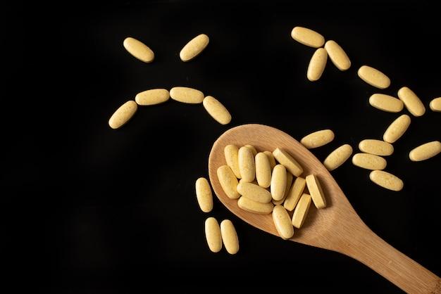Divers médicaments et vitamines, une bouteille de pilules.