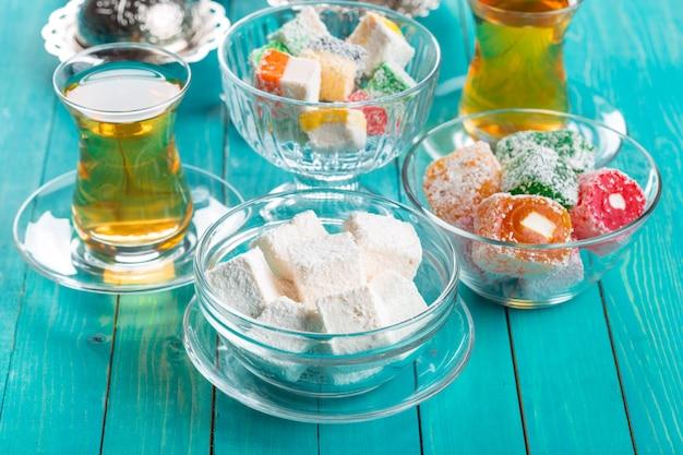 Divers morceaux de lokum et de thé noir délices turcs