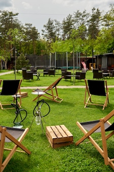 Divers narguilés dans la nature par une chaude journée ensoleillée. narguilé oriental fumer, loisirs actifs au grand air. chaises longues sur geen grass. l'endroit pour les loisirs longe,