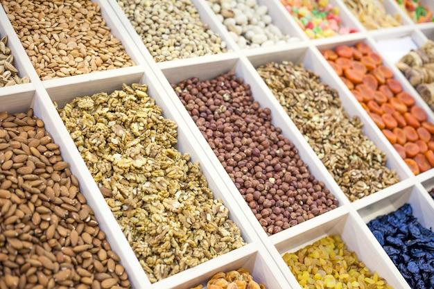 Divers noix et fruits secs sur le marché noisettes amandes arachides noix de cajou raisins secs fruits confits
