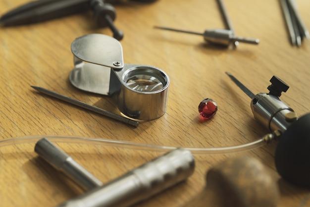 Divers outils de bijoutier sur la table en bois