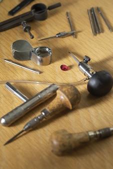 Divers outils de bijoutier sur la table