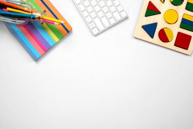 Divers outils de bureau sur la table
