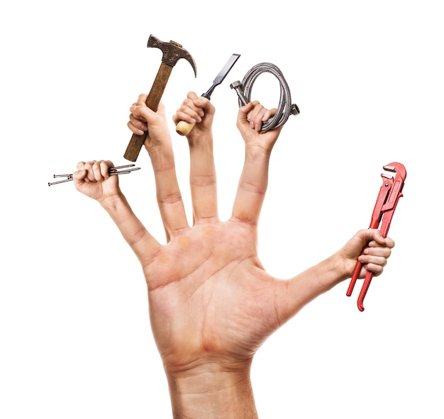 Divers outils de construction en main isolé sur un concept de bricoleur de fond blanc