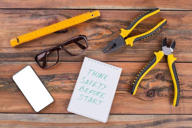 Divers outils de réparation avec smartphone et lunettes