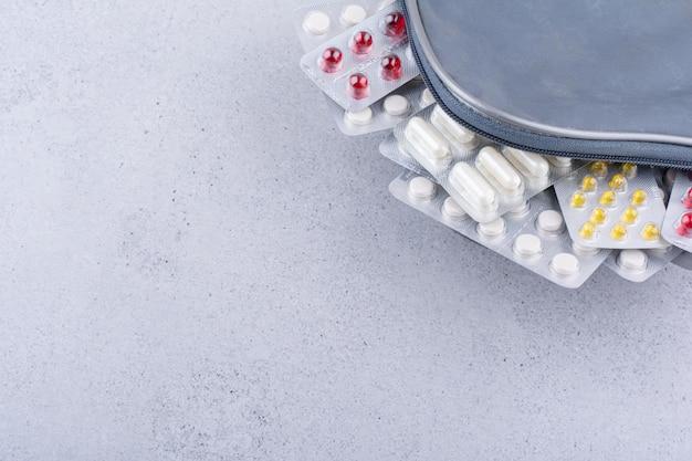 Divers packs de pilules médicales à l'intérieur du sac. photo de haute qualité