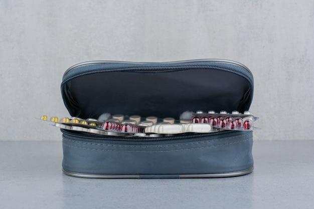 Divers packs de pilules médicales à l'intérieur du sac.