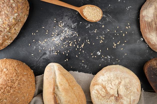 Divers pains cuits au four sur fond noir