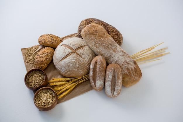 Divers pains avec des grains de blé