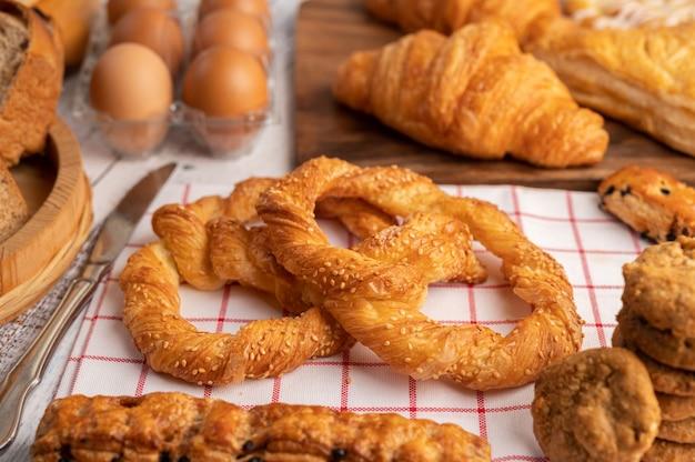 Divers pains et œufs sur un tissu blanc rouge.