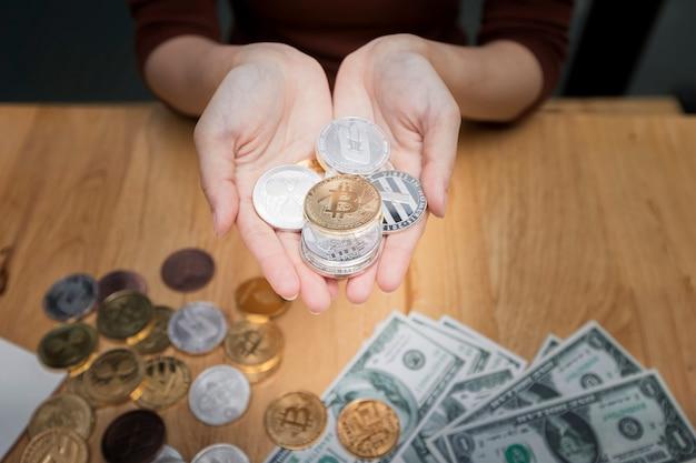 Divers plans de crypto-monnaie en main de femme d'affaires.