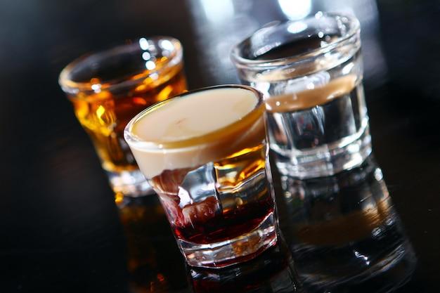 Divers plans sur une scène de bar