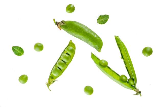 Divers pois verts frais crus