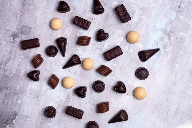 Divers pralines au chocolat isolés sur fond de pierre