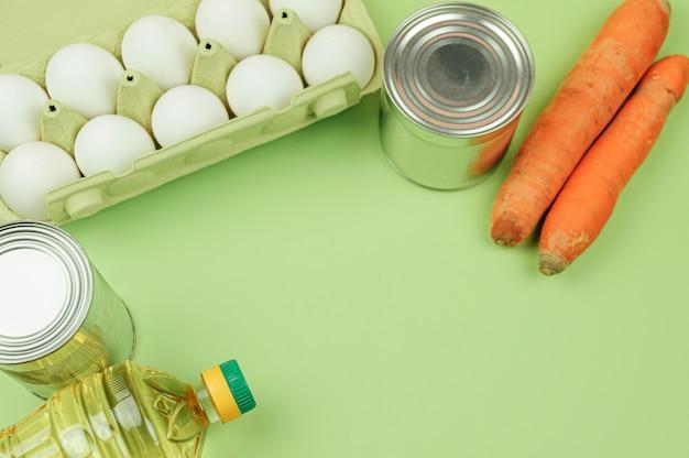 Divers produits alimentaires reposent sur fond vert. vue de dessus, espace libre.