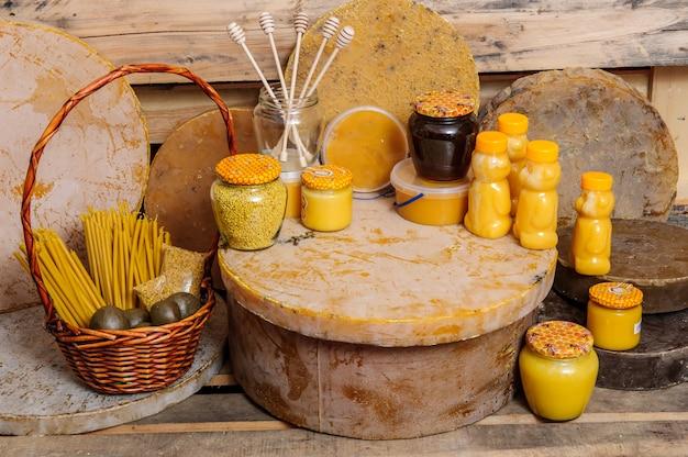 Divers produits apicoles - miel, miel avec cire et propolis. produits de subsistance des abeilles. la cire. cellules. miel apiculture.