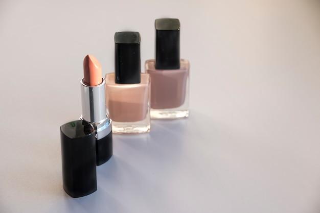 Divers produits cosmétiques sur le concept de couleurs de la mode.
