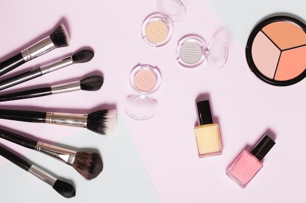 Divers produits cosmétiques sur fond clair