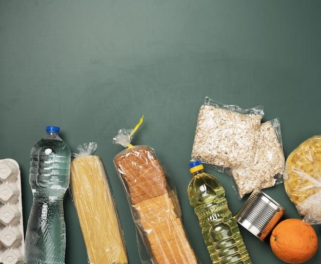 Divers produits, fruits, pâtes, huile de tournesol dans une bouteille en plastique et conservation, vue de dessus. concept de don