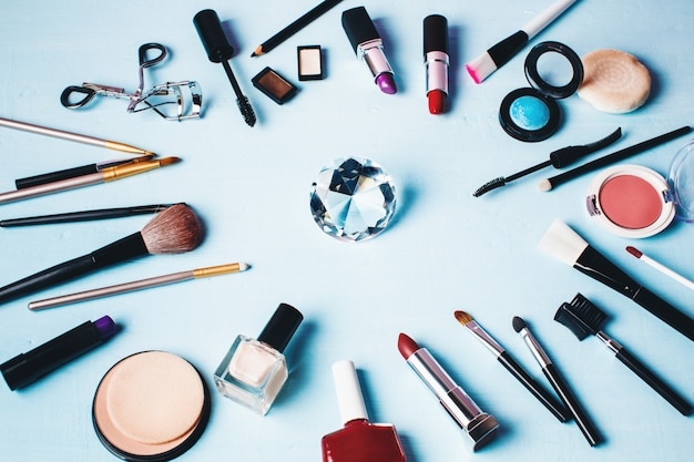 Divers produits de maquillage et de beauté.