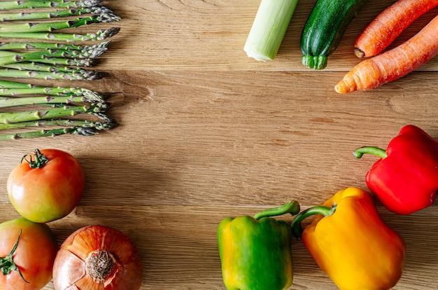 Divers produits sains sur table en bois. aliments biologiques pour une alimentation saine.