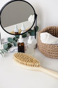 Divers produits de soins de bien-être et spa sur fond blanc. produits cosmétiques naturels zéro déchet sur une coiffeuse.