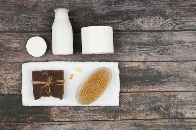 Divers produits de soins corporels et spa isolés sur un espace bleu. composition du spa, vue de dessus. tubes cosmétiques vides blancs avec un espace de copie