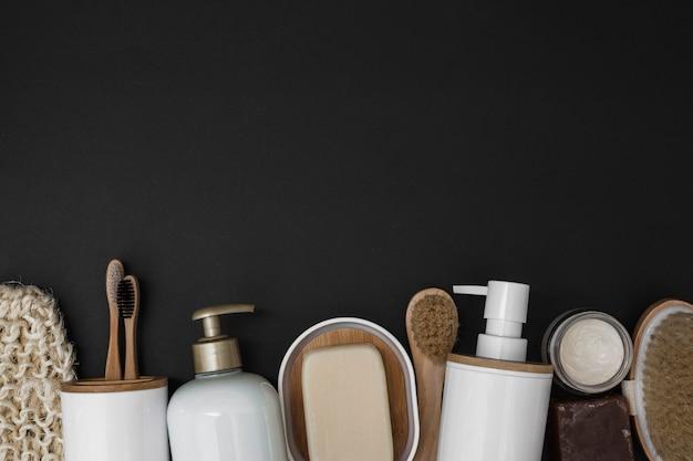 Divers produits de spa au bas de la toile de fond noire