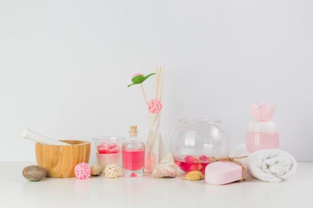 Divers produits de spa sur une table blanche