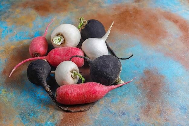 Divers radis frais, radis blanc, long radis rose et radis noir.