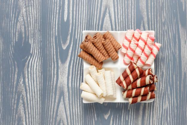 Divers rouleaux de gaufres dans une assiette en céramique