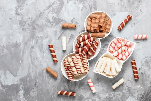 Divers rouleaux de gaufres dans des assiettes en céramique, vue du dessus