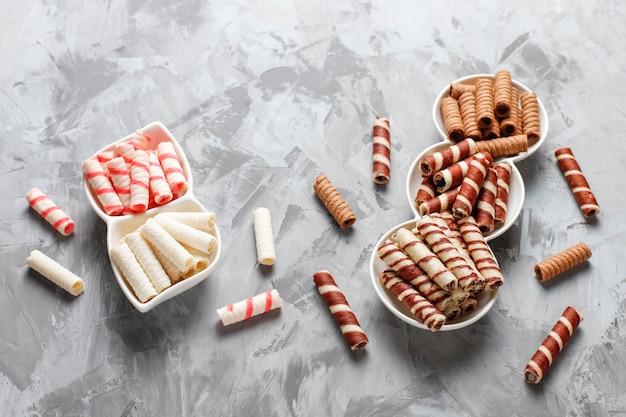 Divers rouleaux de gaufres dans des assiettes en céramique