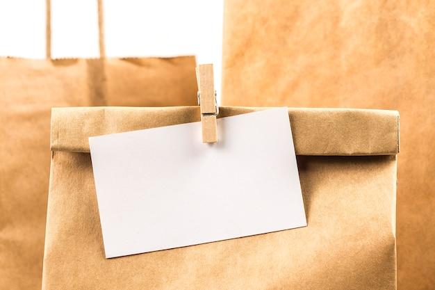 Divers sacs en papier kraft isolés sur fond blanc