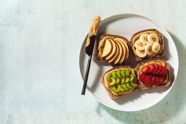 Divers sandwichs au beurre de cacahuète et fraises, céleri, banane