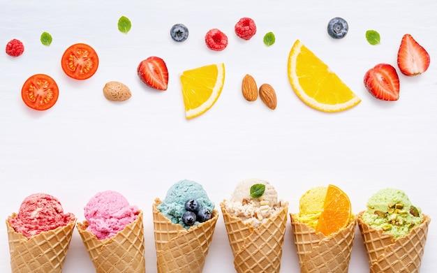 Divers de saveur de crème glacée dans les cônes mis en place sur fond blanc pour la conception de menus de bonbons.