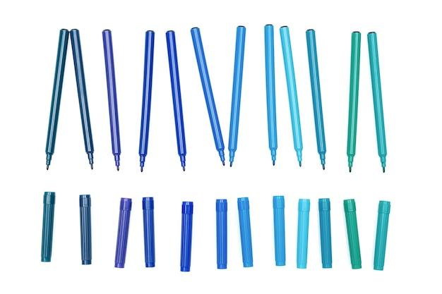 Divers stylos marqueurs de couleur bleue avec capuchon