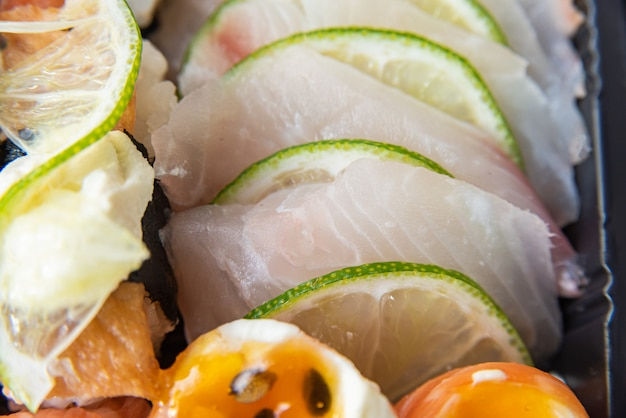 Divers sushis sur l'assiette sur la table - détail
